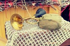 Bruit de klaxon de klaxon de vieille rétro antiquité d'objets et bouteilles d'eau militaires de hausse, effet de style d'image de Photos stock