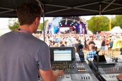 Bruit et ingénieur d'éclairage à un concert extérieur de festival photos libres de droits