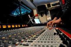 Bruit et lumière - DJ au mélangeur de musique et de lumière de travail Photo libre de droits