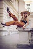 bruit Type de cru Portrait de femme à Lviv, Ukraine Boîte heureuse Images stock