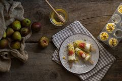 Bruits de crème glacée faits avec les figues fraîches sur une table en bois rustique Le Su image stock