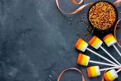 Bruits de guimauve de bonbons au maïs Bonbons et festins sur la pièce de Halloween Photographie stock