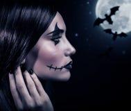 Bruja aterrorizante en la noche de Halloween Fotos de archivo libres de regalías