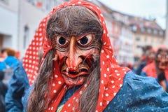 Bruja con el pañuelo rojo y el traje azul fotos de archivo libres de regalías