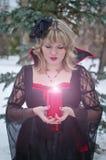 Bruja con la vela imagen de archivo libre de regalías