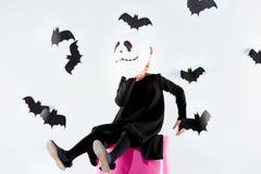 Bruja de la niña en vestido negro sobre los accesorios mágicos Halloween, la tarde del estudio Imagen de archivo libre de regalías
