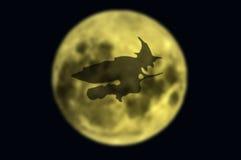Bruja de la sombra que vuela sobre la luna Foto de archivo