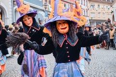 Bruja del carnaval con el sombrero grande fotos de archivo