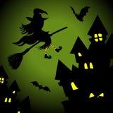Bruja del vuelo en la noche de Halloween Foto de archivo