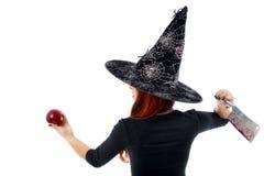 Bruja difícil que ofrece una manzana envenenada, tema de Halloween Fotos de archivo