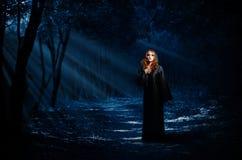 Bruja en bosque de la noche foto de archivo libre de regalías