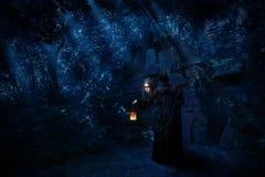Bruja en bosque de la noche con la versión del cuervo fotografía de archivo