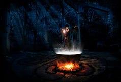 Bruja en bosque de la noche con la versión de la poción fotografía de archivo libre de regalías