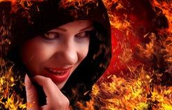 Bruja en el fuego, Víspera de Todos los Santos Imágenes de archivo libres de regalías