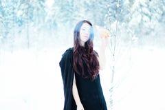 Bruja hermosa en fuego de tenencia negro de la capa fotos de archivo