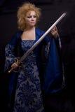 Bruja horrible con la espada. fotografía de archivo
