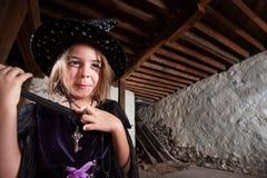 Bruja joven emocionada Foto de archivo libre de regalías