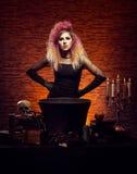 Bruja joven y hermosa que hace brujería en la mazmorra Imagen de archivo