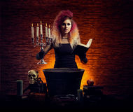 Bruja joven y hermosa que hace brujería en la mazmorra Imagen de archivo libre de regalías
