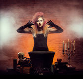 Bruja joven y hermosa que hace brujería en la mazmorra Fotografía de archivo