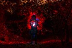 Bruja que juega con las luces Imagenes de archivo