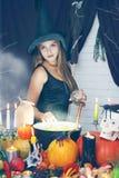 Bruja que lanza el ingrediente secreto, teñido Fotos de archivo libres de regalías