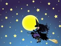 Bruja y luna en el cielo nocturno Fotos de archivo