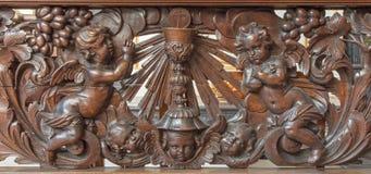 Brujas - alivio tallado del ángel y de la taza como el símbolo del eucharist en Karmelietenkerk (iglesia de Carmelites) fotografía de archivo libre de regalías