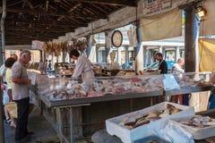 BRUJAS, BÉLGICA - 6 DE ABRIL DE 2008: El vendedor en las ventas del mercado Foto de archivo libre de regalías