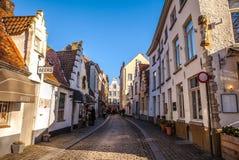 BRUJAS, BÉLGICA - 17 DE ENERO DE 2016: Calle de la ciudad en el tiempo del día el 17 de enero de 2016 en Brujas - Bélgica Imagen de archivo libre de regalías