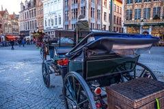 BRUJAS, BÉLGICA - 17 DE ENERO DE 2016: Carros traídos por caballo el 17 de enero de 2016 en Brujas - Bélgica Foto de archivo libre de regalías