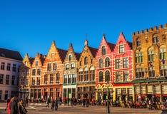 BRUJAS, BÉLGICA - 17 DE ENERO DE 2016: Cuadrado de Grote Markt de la Navidad en la ciudad medieval hermosa Brujas Foto de archivo libre de regalías