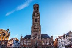 BRUJAS, BÉLGICA - 17 DE ENERO DE 2016: Torre de Belfort en Brujas, centro turístico en la ciudad de Flandes de Brujas y patrimoni Foto de archivo
