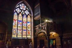 Brujas, Bélgica - 11 de mayo de 2015: Los turistas visitan el interior de la basílica de la sangre santa en Brujas Imagen de archivo