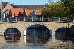 BRUJAS, BÉLGICA EUROPA - 26 DE SEPTIEMBRE: Puente sobre un canal en B Foto de archivo