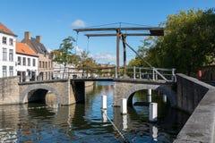 BRUJAS, BÉLGICA EUROPA - 26 DE SEPTIEMBRE: Puente sobre un canal en B Imágenes de archivo libres de regalías