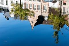 BRUJAS, BÉLGICA EUROPA - 26 DE SEPTIEMBRE: Reflexión en un canal adentro Fotos de archivo libres de regalías