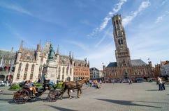 Brujas, Bélgica - 11 de mayo de 2015: Turista en el cuadrado de Grote Markt en Brujas, Bélgica Fotos de archivo libres de regalías