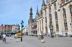 Brujas, Bélgica - 11 de mayo de 2015: Turista en el cuadrado de Grote Markt en Brujas, Bélgica Fotografía de archivo libre de regalías