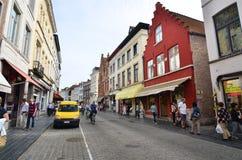 Brujas, Bélgica - 11 de mayo de 2015: Turistas que caminan en la calle en Brujas, Bélgica Imagen de archivo