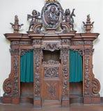 Brujas - la caja tallada de la confesión en Karmelietenkerk (iglesia de Carmelites) Foto de archivo libre de regalías