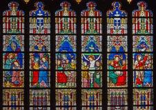Brujas - las escenas del nuevo testamento en cristal en la catedral del St Salvator (Salvatorskerk) imagen de archivo libre de regalías