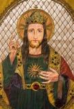 Brujas - Needelwork del corazón de Jesus Christ en la vestidura católica vieja en St Jacques Church en el Coudenberg Fotos de archivo libres de regalías