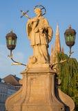 Brujas - San Juan la estatua de Nepomuk en el puente y la torre de la iglesia de nuestra señora Imagen de archivo