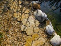 Bruk droga w parku rzeką Fotografia Royalty Free