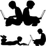 bruk för bärbar dator för pojkejordningsirl liggande sittande Arkivfoto