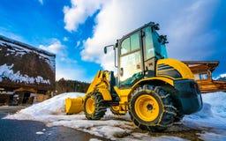 Bruk för lastbil för snöploger för att ta bort snö och is royaltyfri bild