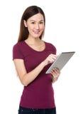 Bruk för ung kvinna av minnestavlaPC:n Arkivfoton