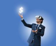 Bruk VR som för affärsmannen är virsual för den framtida affären och, tjänar pengar f Arkivfoton