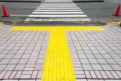 Bruk z Żółtej linii krokiem dla niewidomej czekanie pozyci na Zdjęcia Royalty Free